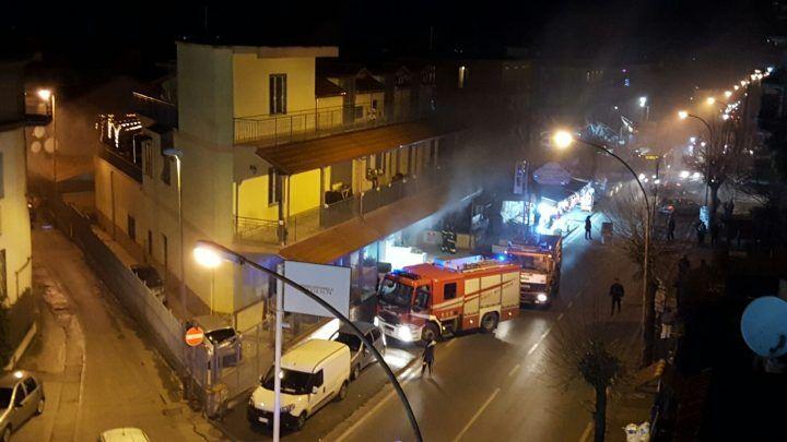 Mugnano, incendio in Corso Italia: in fiamme un negozio