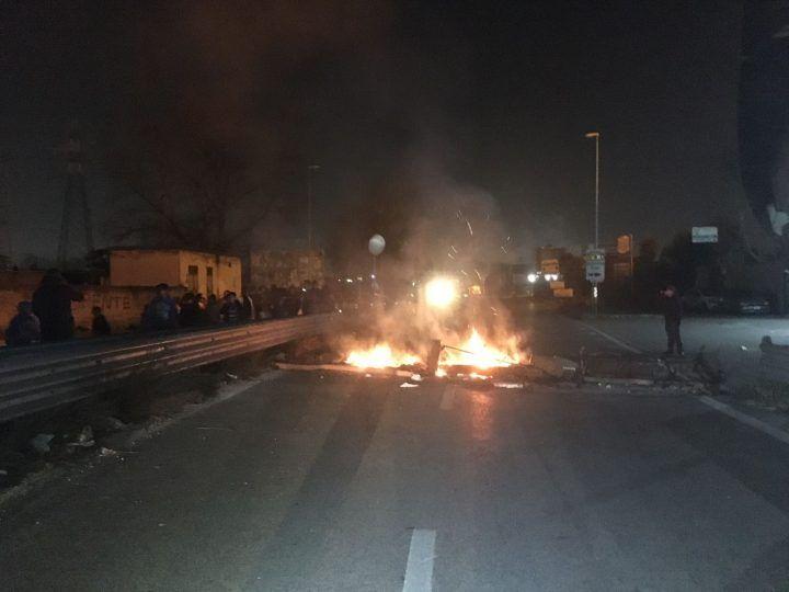 Circumvallazione esterna, protesta dei rom in atto: traffico in tilt