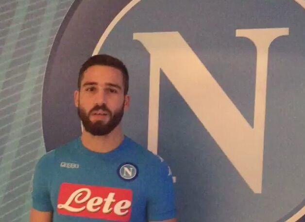 Pavoletti al Napoli, il primo saluto ai tifosi con la maglia azzurra. VIDEO