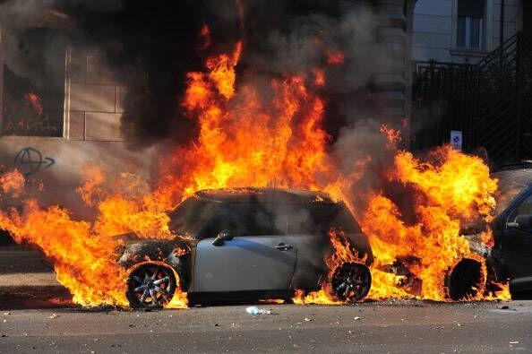 Mondragone, dà fuoco all'auto del rivale: arrestato 28enne
