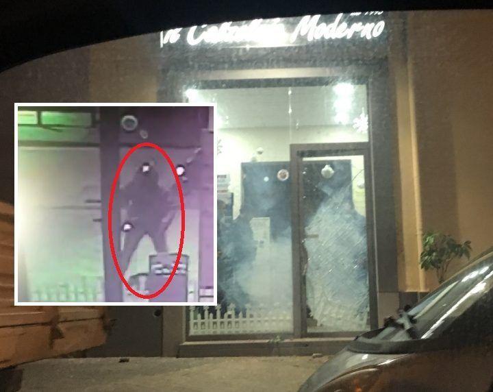 Giugliano, bomba carta al negozio: l'attentatore ripreso dalle telecamere. VIDEO