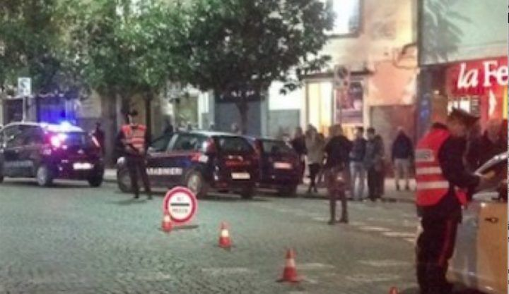 Napoli, movida violenta: sparatoria e rissa in via dei Mille