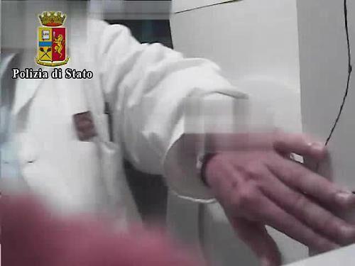 Potenza, farmacista sospeso: filmava le clienti in bagno. VIDEO