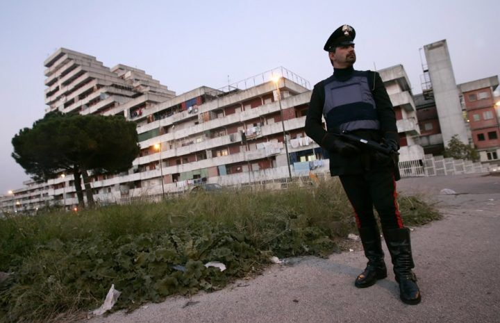 Operazione antidroga a Scampia: arresti, sequestri e grate rimosse