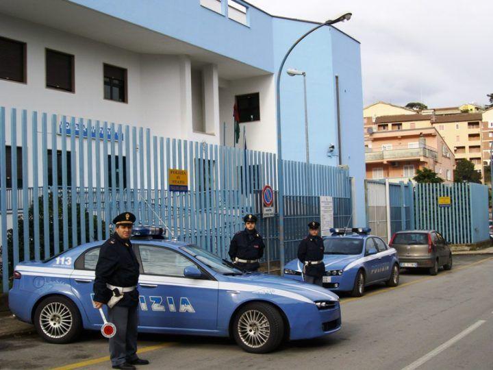 Nola, follia all'esterno del commissariato: tenta di investire poliziotti e viene arrestato