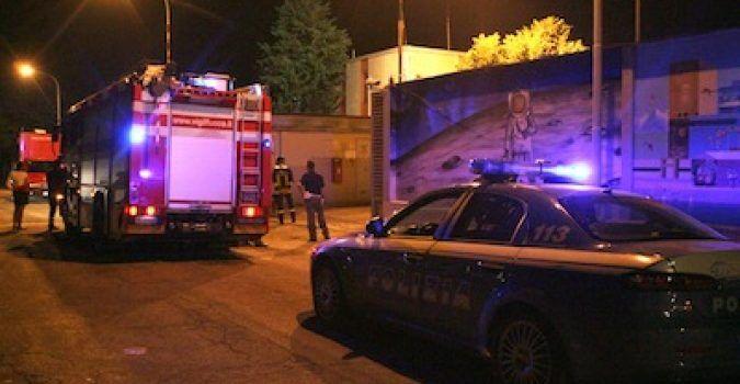 Napoli, clochard avvolto dalle fiamme: poliziotti si lanciano nel fuoco