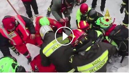 Video salvataggio dei vigili del fuoco all'Hotel Rigopiano. VIDEO