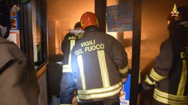 Incendio al Cis di Nola, capannoni in fiamme