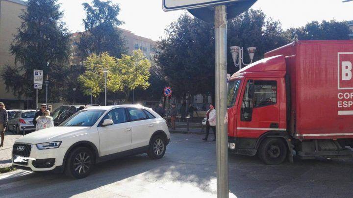 Giugliano, traffico in tilt: via Roma bloccata per auto fuori posto