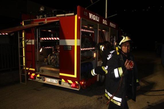 Tremendo incendio sul doppio senso: coinvolte cinque auto
