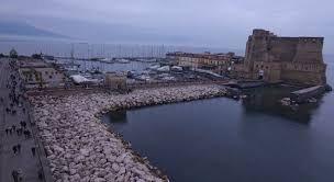 Napoli, notte di terrore sul lungomare: ragazza rischia di annegare in mare
