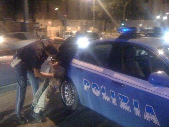 Napoli. Violenta rapina, poi calci e pugni ai poliziotti: arrestato algerino
