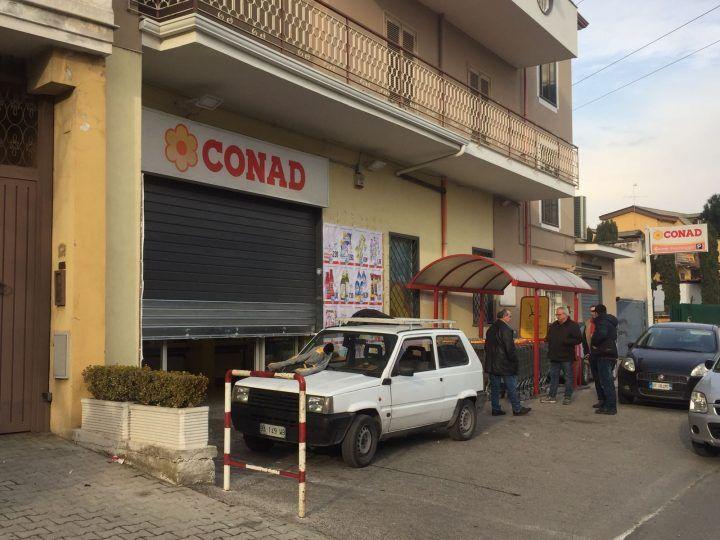 """Giugliano, la banda della """"spaccata"""" colpisce ancora: raid fallito al Conad di corso Campano"""