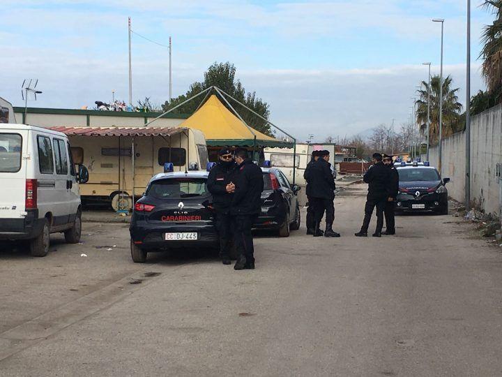 Giugliano, blitz dei carabinieri nei campi rom: perquisizioni e controlli