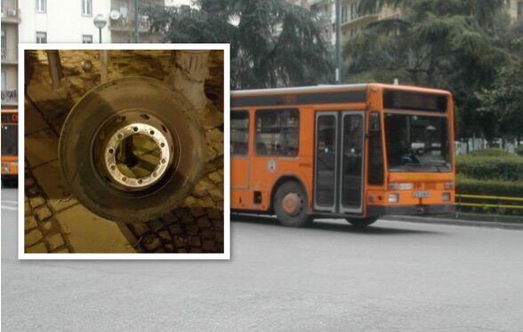 Paura in centro, si stacca la ruota dell'autobus di linea