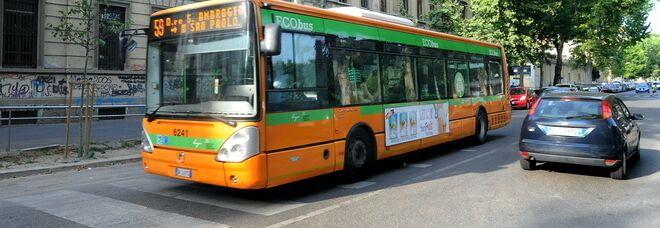 Casoria, finestrino del bus si stacca e cade in strada: tragedia sfiorata