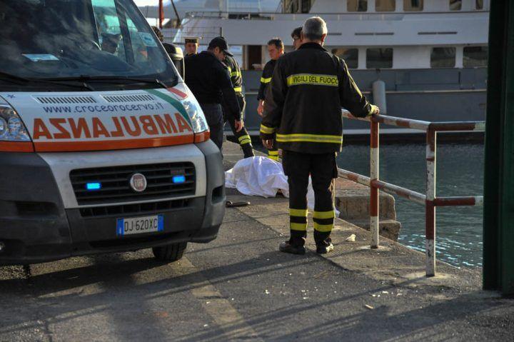 Napoli, sub morto al Molo Beverello: forse vittima di un malore