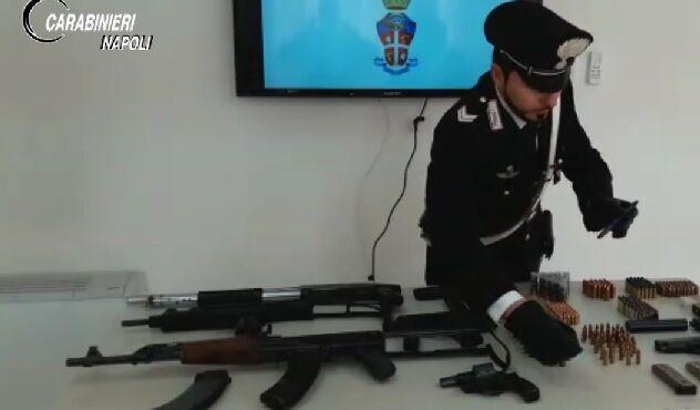 """Caivano, altro arsenale sottratto ai clan. Trovati anche kalashnikov e """"penna-pistola"""""""