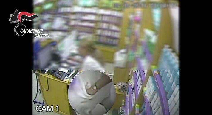 Caserta: cassiera ladra ruba nel negozio in cui lavora. Il video che la incastra