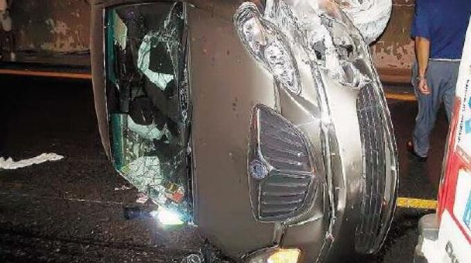 Auto si ribalta sulla statale, conducente muore sul colpo