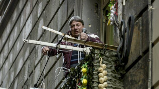 Napoli, canta dal balcone ma i vicini chiamano i carabinieri
