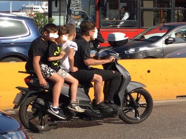 Senza casco sullo scooter, 15enne rifiutata dal padre e affidata in comunità