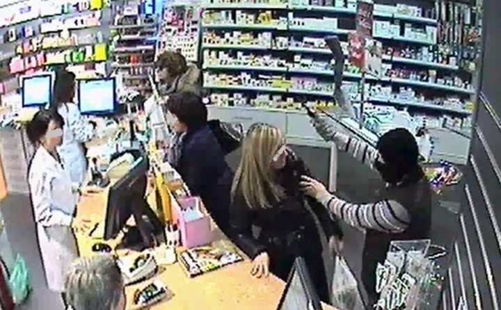 Rapina in farmacia a Chiaiano, ferito il titolare