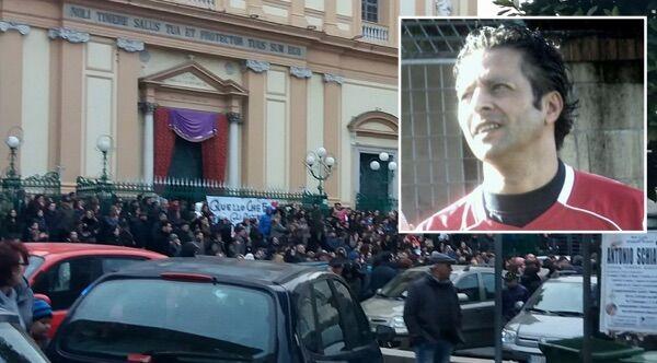 Sant'Antimo in lutto per la morte del maestro Nicola, folla ai funerali