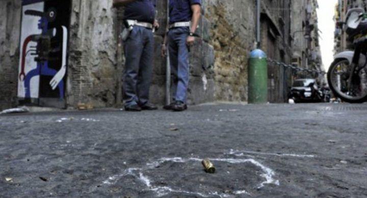 """Napoli, """"stese"""" tra i vicoli: ritrovata pistola e cartucce in cabina Enel"""