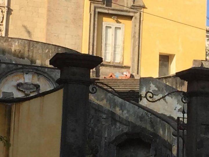 """A Napoli è già primavera: """"tintarella"""" sul tetto della chiesa ma scatta la polemica"""