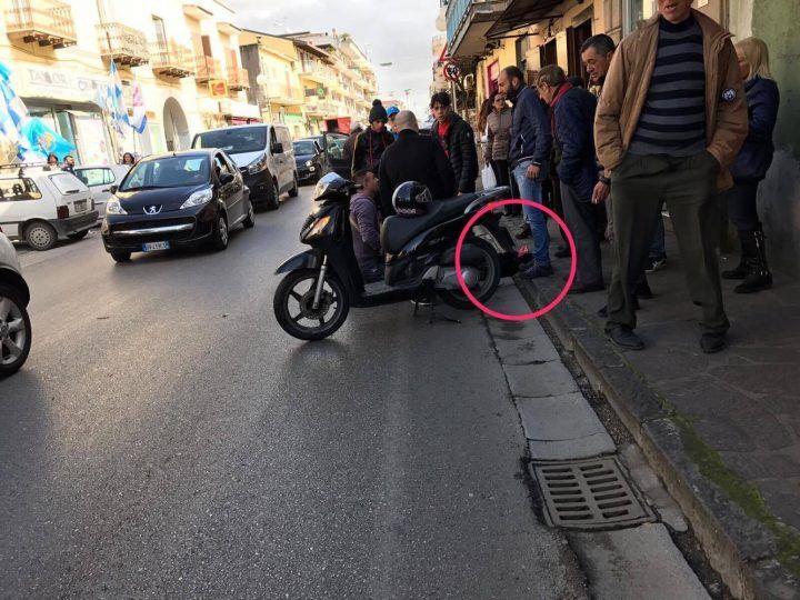 Qualiano, tremendo schianto auto-scooter. Giovane in ospedale