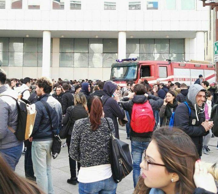 Napoli, incendio all'Università Parthenope: struttura evacuata