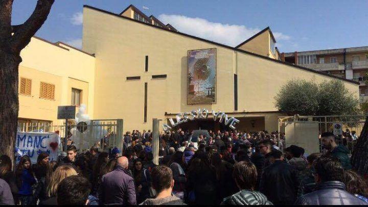 """Villaricca, Don Damiano fa l'appello ai funerali di Alessio. Il grido dei ragazzi: """"Presente"""""""