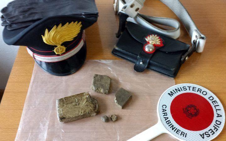 Frattamaggiore, lancia droga dal balcone all'arrivo dei carabinieri. Arrestato 18enne