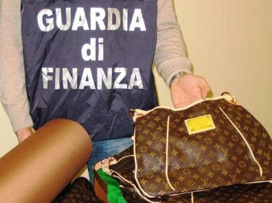 Vendeva indumenti falsi da casa a Salerno. Sequestrati 800 capi