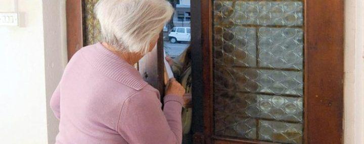"""""""Ci dà un bicchiere d'acqua?"""", 80enne invalida derubata di oro e contanti"""
