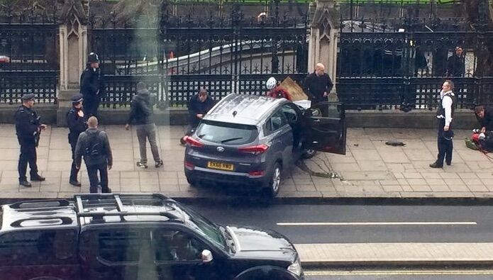 Attentato a Londra, uomo sulla folla con SUV: 4 morti e 10 feriti. VIDEO