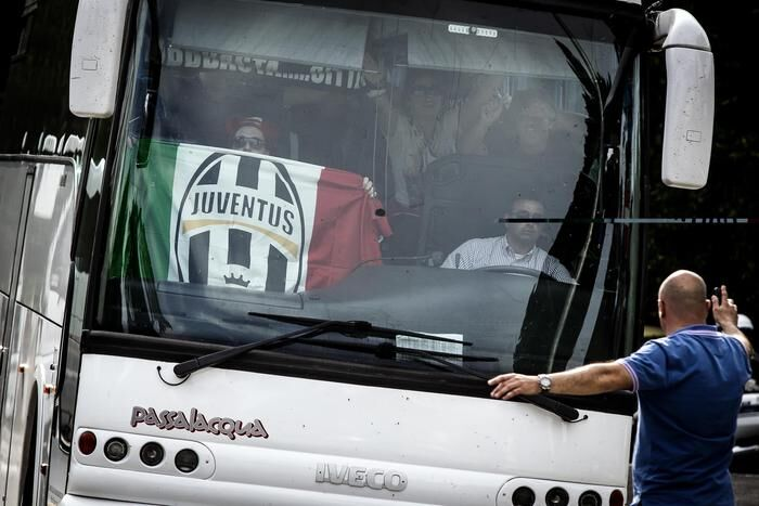 Napoletani speronano un autobus di tifosi juventini diretti a Genova