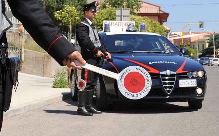 Napoli, gli sequestrano due scooter in un'ora: aggredisce i carabinieri. Arrestato