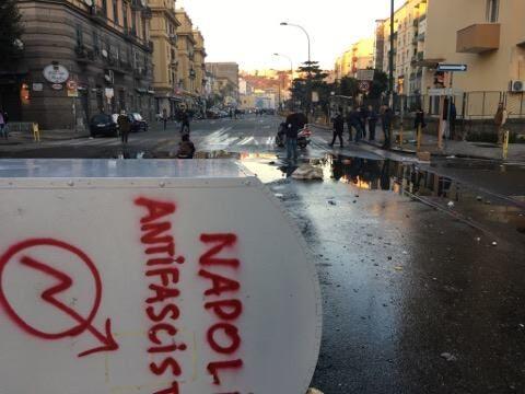Napoli contro Salvini, scontri tra polizia e manifestanti: 30 feriti e 5 fermi. VIDEO