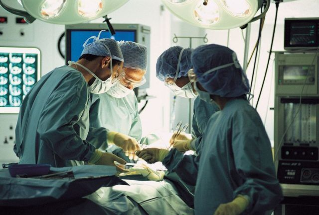 Intervento di chirurgia estetica al seno ma si ferma il cuore. Dramma a Napoli