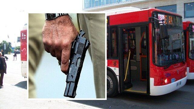 Ischia, paura sull'autobus: pistola in pugno tra la gente. Denunciato