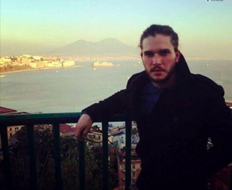 Kit Harington a Napoli per D&G, delirio al centro storico. VIDEO