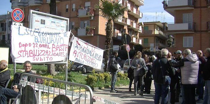 """Qualiano. Protesta al Comune degli lsu: """"Vogliamo essere stabilizzati"""""""