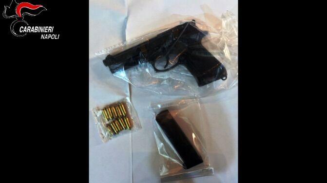"""Napoli, armi per le """"stese"""": 17enne con pistola nel letto"""