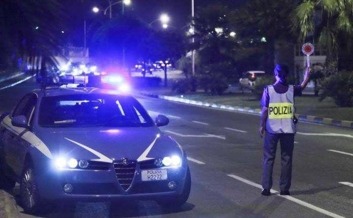 Follia a Napoli, rischia d'investire agenti e pedoni: gli era già stata revocata la patente