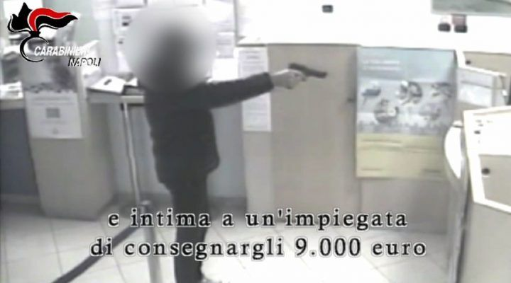 Caivano, 23enne fa colpo in banca. Due passanti intascano parte del bottino. VIDEO