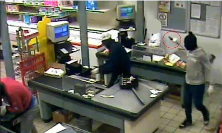 Paura a Licola, rapina a mano armata al supermercato: arrestato 39enne