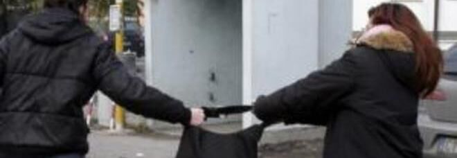 Napoli, scippa una donna e la trascina per diversi metri. Arrestato