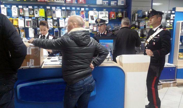 Ischia, truffava assicurazione contro il furto di telefonini: arrestato titolare negozio